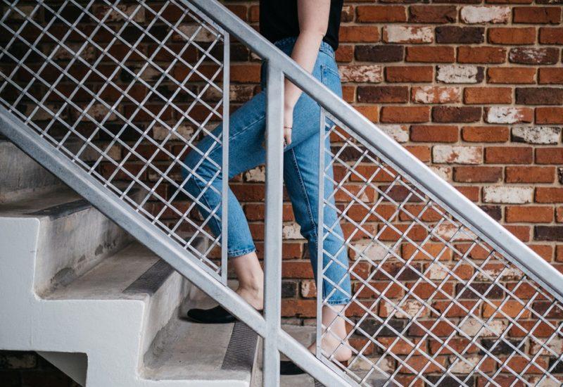 pessoa subindo uma escada